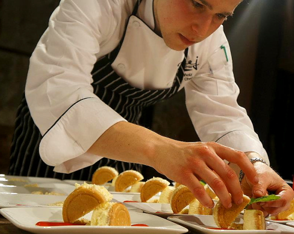 Shortbread Chef Flamholz plating cheesecake