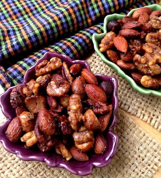 Herb nuts in leaf bowls 1
