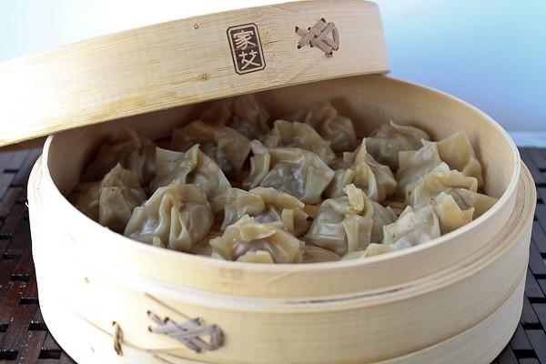 Bamboo steamer with dumplings half lid 1