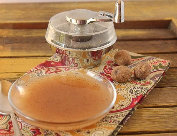 Nutmeg sauce in bowl