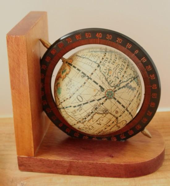 Volo globe book end