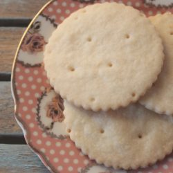 Shortbread-cookies-on-wedding-plate-400x600
